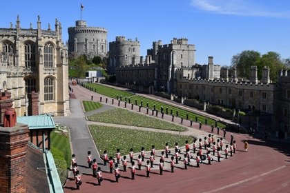 La formación militar en las afueras del castillo para honrar al marido de la reina Isabel II