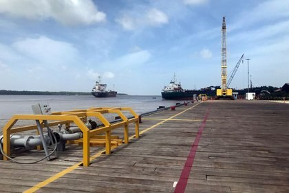 Buques vistos desde un puerto de Guyana (Reuters)