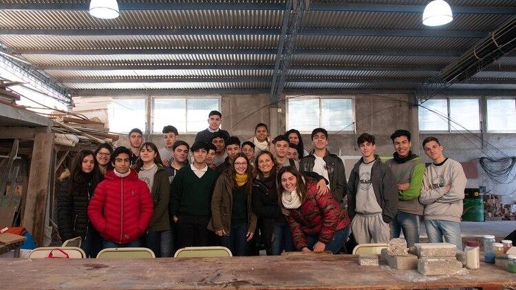 Los docentes y alumnos de Santa Fe construyeron adoquines con materiales no degradables