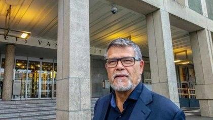 El holandés Emile Ratelband en las afueras de la corte de la ciudad de Arnhem