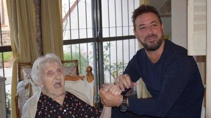 Sergio Costantino, secretario de Integración Social para Personas Mayores, visita a una abuela en un centro de atención a la vejez