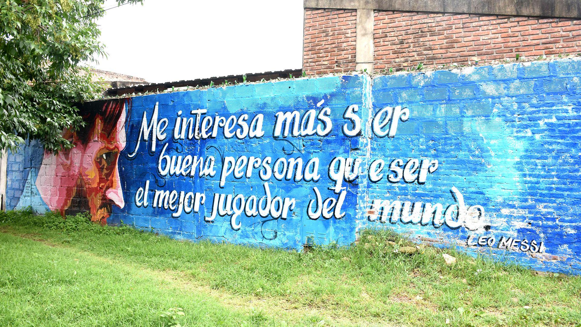 En el barrio donde creció el futbolista argentino, varios murales le ponen color de Messi a esa zona popular de Rosario (Leo Galletto)