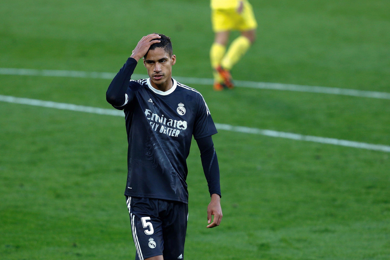 Raphael Varane podría salir del club si reciben una oferta cercana a los 70 millones de euros (Efe)