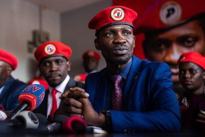 El músico ugandés convertido en político, Robert Kyagulanyi, también conocido como Bobi Wine, habla en una conferencia de prensa sobre el manejo gubernamental de la pandemia en Kampala, Uganda, el 15 de junio de 2020 (Europa Press)