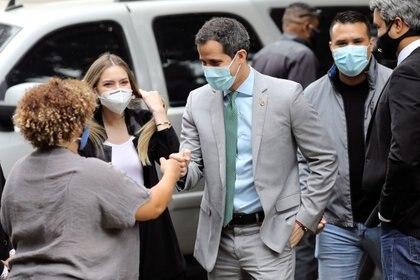 Guaidó saluda a sus seguidores en compañía de su esposa, Fabiola Rosales