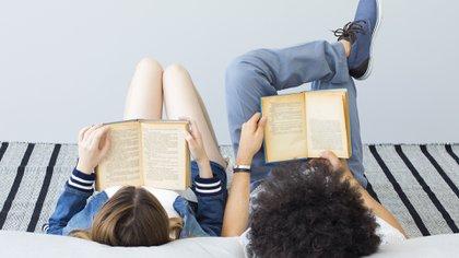 Son pocos los varones que leen estos libros, en relación con las mujeres, claro, pero existen, y están cada vez más involucrados (Getty)