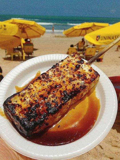 El queijo coalho es un queso pasteurizado típico de la cocina brasileña. Suele considerarse como un aperitivo muy barato y popular en algunas playas del país(Instagram: @eucurtorecife)