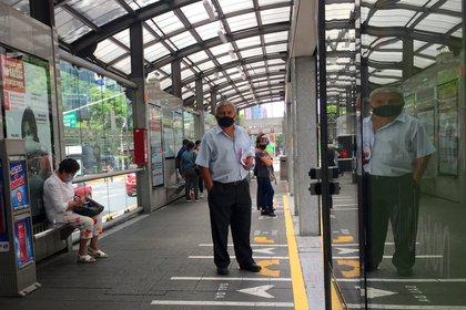 Usuarios guardan distancia al esperar el Metrobús (Foto: EFE)