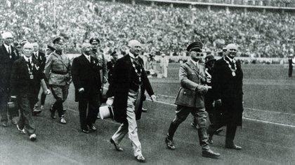 Una postal de la ceremonia de apertura de Berlín 36 con Hitler y el por entonces presidente del COI, el belga Baillet-latur (Shutterstock)