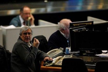 Operadores bursátiles trabajan en el recinto de la Bolsa de Buenos Aires,. (Reuters)