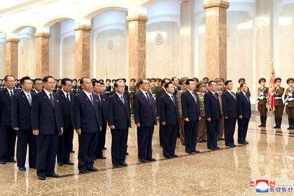 La delegación oficial que visitó el Palacio del Sol, sin Kim Jong-un presente (Reuters/KCNA)