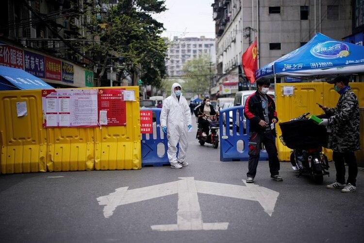 Punto de control de una comunidad en una zona residencial bloqueada por barreras en Wuhan, provincia de Hubei, el epicentro del brote de la enfermedad coronavirus de China (Reuters