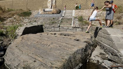 La reaparición de estas rocas se debe a los bajos niveles del agua por la sequía (AP Photo/Petr David Josek)
