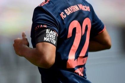 Los jugadores el Bayern Múnich lucieron un brazalete con la leyenda 'Black Lives Matter'
