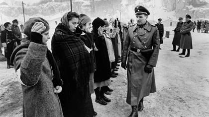 """Ralph Fiennes es una escena de """"La lista de Schindler"""" (1993)"""