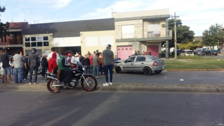 El accidente se produjo en el cruce de la avenida Ovidio Lagos y Lamadrid (@emergenciasAR)