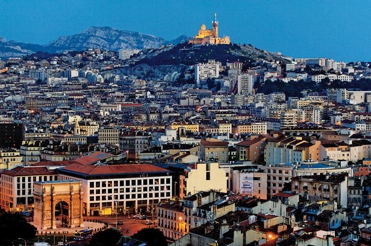 En sus paseos el viajero descubrirá el sorprendente patrimonio de esta ciudad mediterránea, del barrio histórico del Panier a los edificios del Segundo Imperio o las iglesias románicas