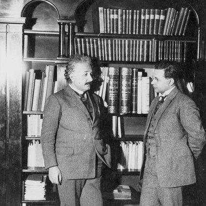 Einstein con su hijo Hans Albert en su estudio en 1927 (Granger/Shutterstock)