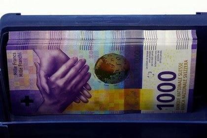 Billetes de 1.000 francos suizos en una caja en un banco en Zúrich. Suiza, 9 abril 2019. REUTERS/Arnd Wiegmann/