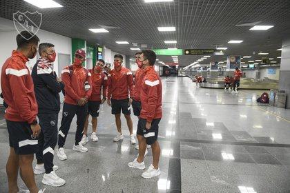 El plantel estuvo varias horas retenido en el aeropuerto (Twitter: @Independiente)