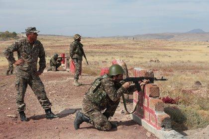 Los reservistas armenios reciben entrenamiento en un campo de tiro antes de su partida hacia la línea del frente en el curso de un conflicto militar con las fuerzas armadas de Azerbaiyán sobre la región separatista de Nagorno-Karabaj, cerca de Ereván, Armenia. Vahram Baghdasaryan/Photolure via REUTERS