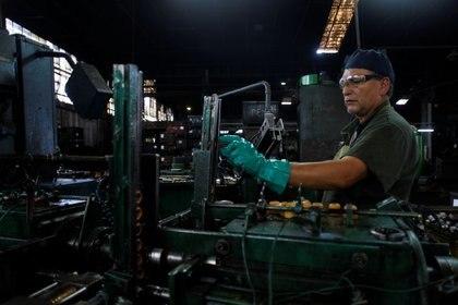 Un hombre trabaja en una fábrica metalúrgica en Buenos Aires. (Reuters)