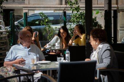 Varias personas disfrutan en una terraza de un bar en Barcelona (David Zorrakino - Europa Press)