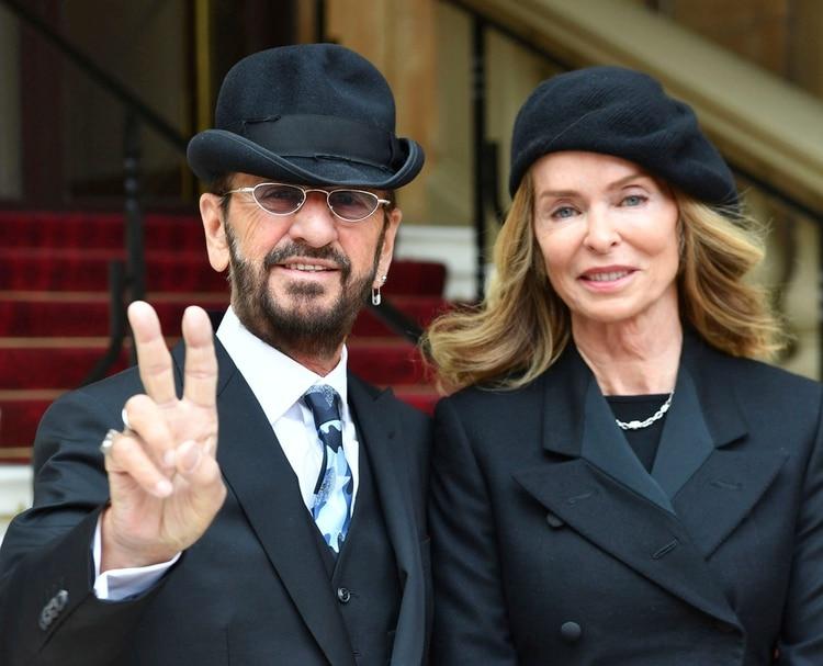 Ringo Starr con su esposa Barbara Bach en el Buckingham Palace, in (AP)