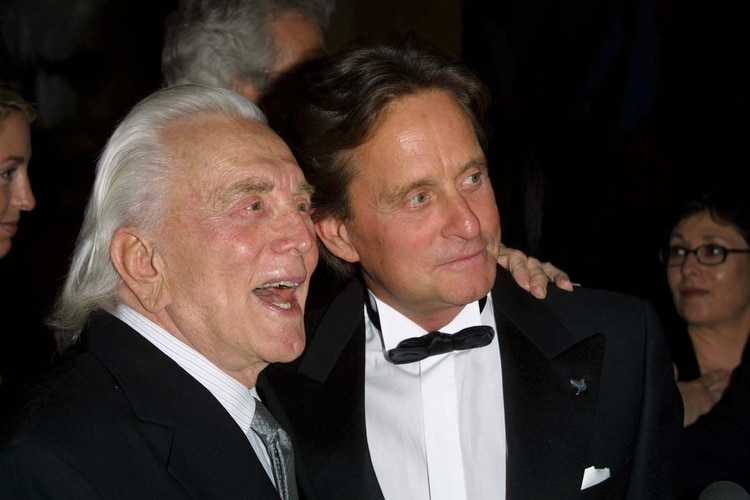 Kirk Douglas junto a su hijo Michael. Foto: Stewart Cook/Shutterstock