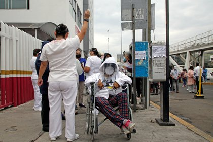 Pacientes son evacuados de un hospital después de escuchar la alerta sísmica este martes  Foto: EFE/ Hilda Ríos