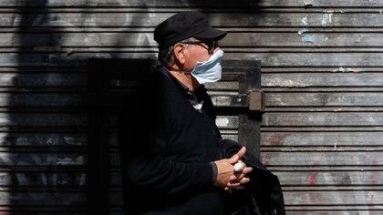 Un jubilado hace la cola para cobrar en la puerta de un banco. Según el pronóstico del médico neurólogo, la cuarentena se debería volver a prolongar (Adrián Escandar)