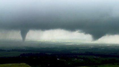 Esta imagen tomada de un video proporcionada por la televisora KWTV-KOTV muestra dos nubes de embudo formadas en Crescent, Oklahoma, el lunes 20 de mayo de 2019 (Foto: KWTV/AP)