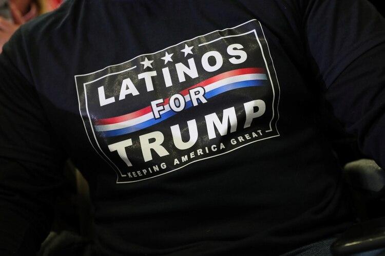 El 30% de los votantes hispanos que aprueban a Trump incluye un 23% que lo aprueba mucho. (REUTERS/Jeenah Moon)