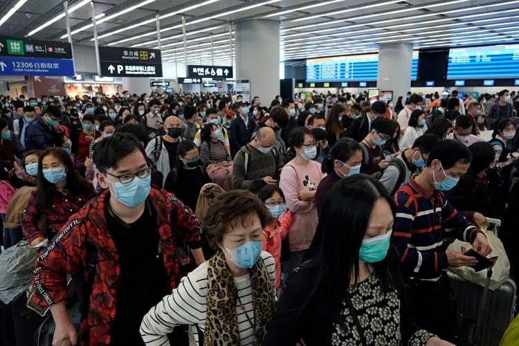 Pasajeros con cubrebocas en la sala de salidas de una estación de tren de alta velocidad en Hong Kong el jueves 23 de enero de 2020 (AP Foto/Kin Cheung)
