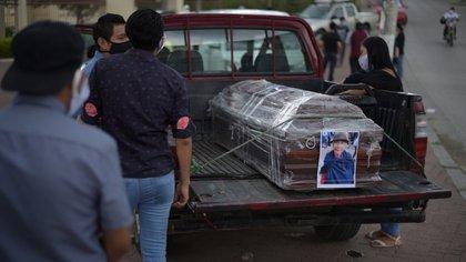 Los familiares deben ocuparse de enterrar a sus muertos en Guayaquil (Reuters)