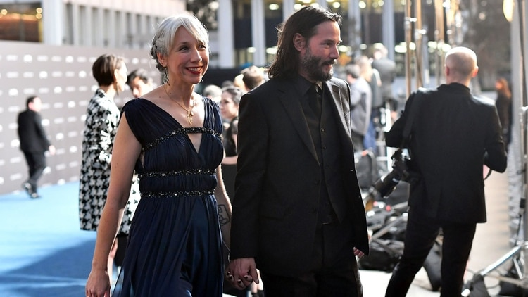 Keanu Reeves apareció tomado de la mano de la artista estadounidense Alexandra Grant en la gala LACMA Art + Film (Foto: AFP)