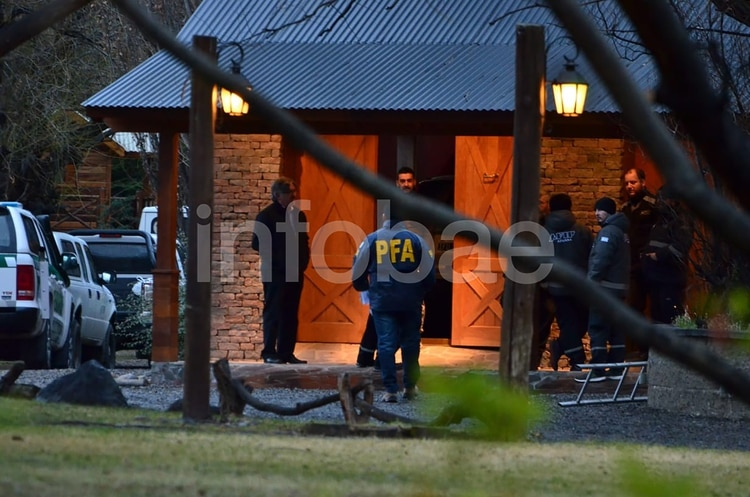 Uno de los allanamientos en el sur a CFK (Juan Pablo Raposo)