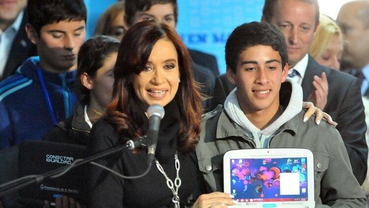 Durante el gobierno de Cristina Kirchner se lanzó el programa Conectar Igualdad, mediante el cual se distribuyeron netbooks entre estudiantes de colegios públicos.