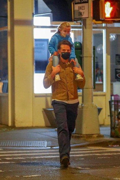 Un padre cariñoso: Bradley Cooper cargó sobre sus hombros a Lea, su adorable hija fruto de su relación con Irina Shayk, después de disfrutar de una cena en West Village, en Nueva York (Foto: Backgrid / The Grosby Group)
