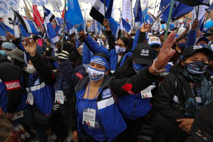 Seguidores de Luis Arce, candidato a la presidencia por el Movimiento Al Socialismo (MAS), participan en el acto de cierre de campaña este miércoles en la ciudad de El Alto (Bolivia). EFE/Martin Alipaz