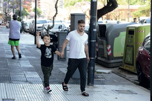 Lucas sale con su hermano Thiago del departamento de Barbie y lo deja con Nazarena, la mamá del niño y de su novia. Foto: GENTE