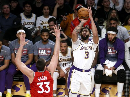 10/11/2019 10 November 2019, US, Los Angeles: Los Angeles Lakers' Anthony Davis (R) in action against Toronto Raptors' Marc Gasol during the NBA men basketball match between Los Angeles Lakers and Toronto Raptors at Staples Center. Photo: Ringo Chiu/ZUMA Wire/dpa DEPORTES Ringo Chiu/ZUMA Wire/dpa