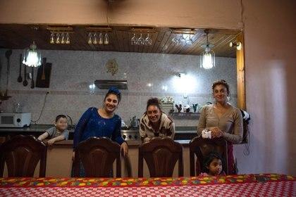 Sonia Marich (centro) está casada con Javier Amicheli y tienen una hija (Mia, 11), pero comparten su casa con nueve personas más: los padres y las hermanas de la mujer (Estela y Yeila), Foto: Franco Fafasuli