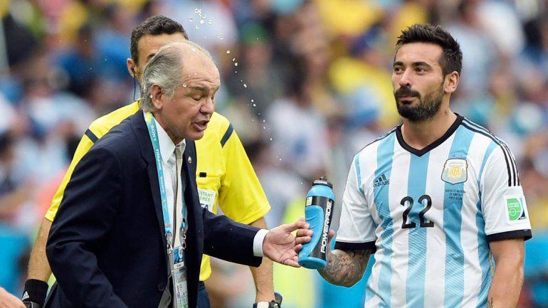 La incónica imagen de Lavezzi tirándole agua a Sabella mientras le daba indicaciones antes de ingresar a la cancha