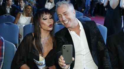 Moria Casán y Marley se toman una selfie durante la ceremonia