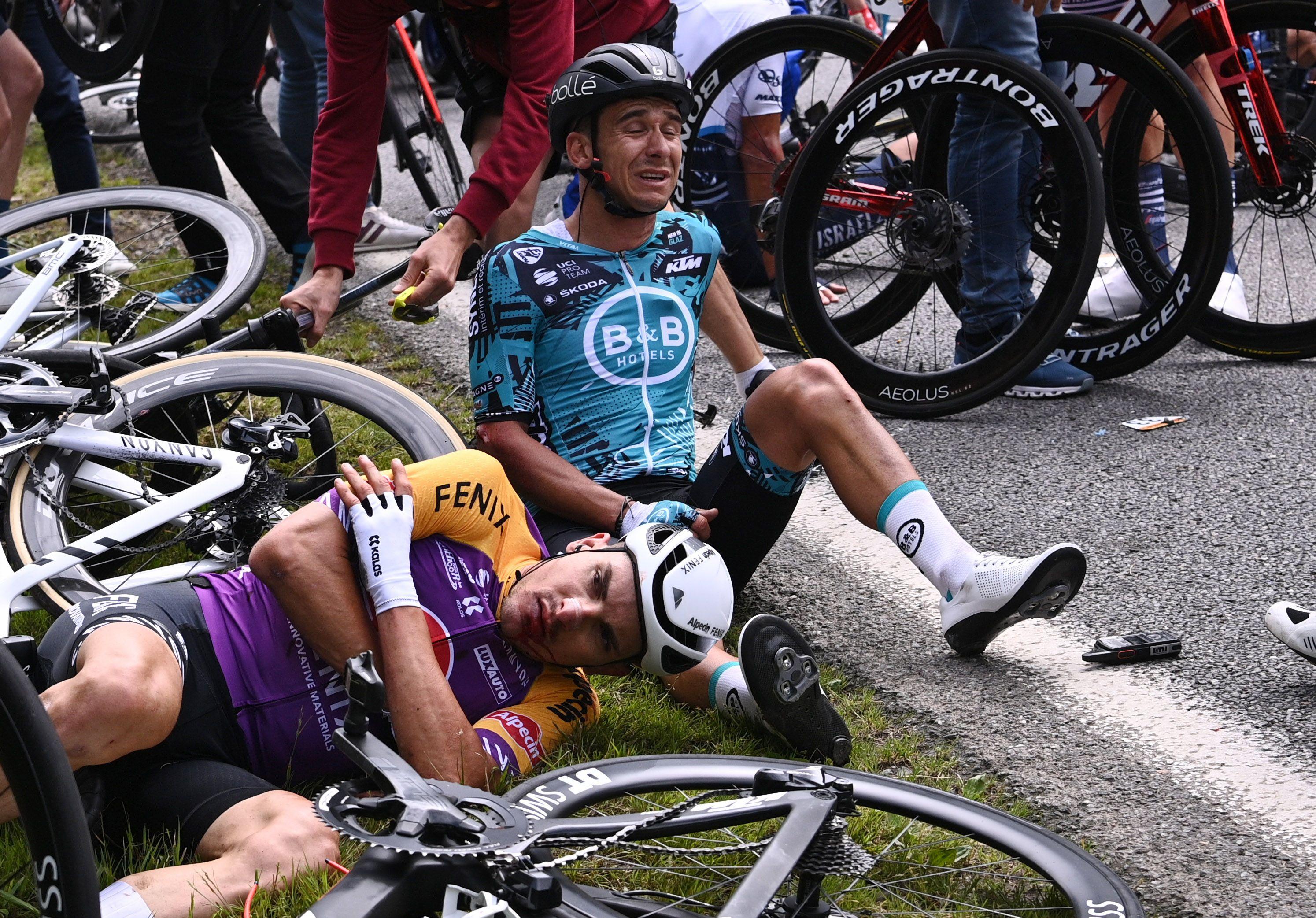 Más de cien ciclistas se vieron involucrados en un grave accidente durante la primera etapa del Tour de France (REUTERS/Anne-Christine Poujoulat)