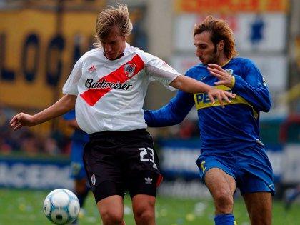 Maxi López lucha contra el Flaco Schiavi en la Bombonera: fue 1-0 de River por el Clausura 2004 (Fotobaires)