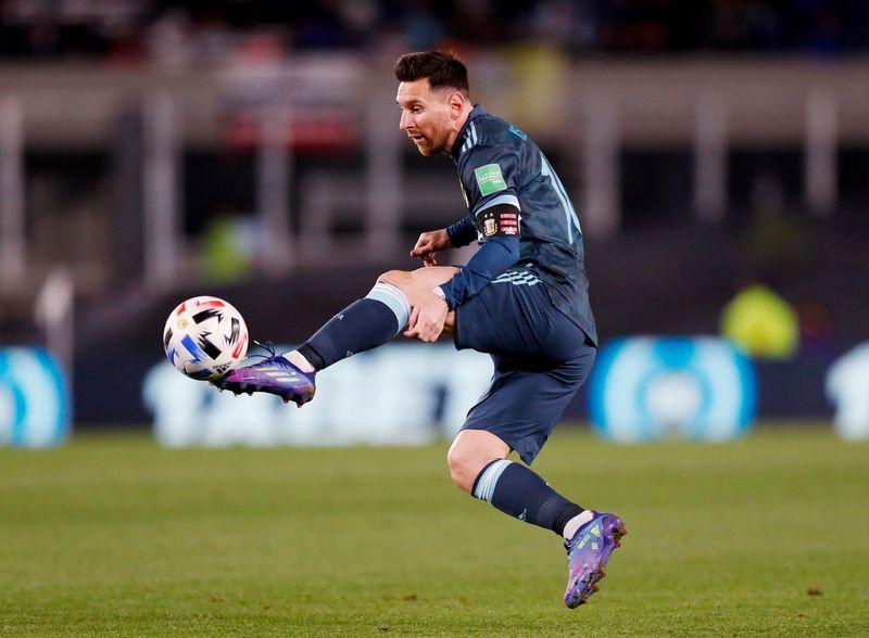 Lionel Messi controla el balón durante el partido donde Argentina ganó a Perú en la eliminatoria sudamericana. Estadio Monumental, Buenos Aires, Argentina. 14 de octubre de 2021.REUTERS/Agustín Marcarián