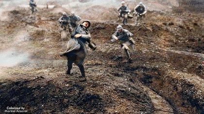 Esta imagen retocada –de un film de 1928– muestra el momento en que un soldado francés cae muerto hace un siglo, en febrero de 1916