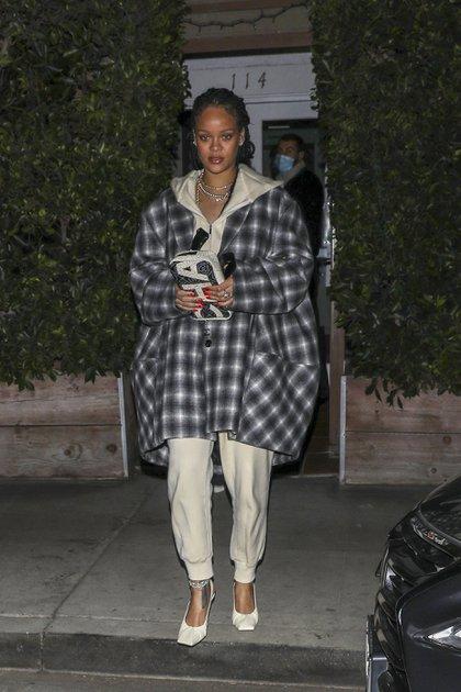 Rihanna fue a comer con una amiga al exclusivo restaurante italiano Giorgio Baldi en Santa Mónica, California. La cantante de 32 años eligió un look oversize, un conjunto de pantalón y campera, tacos blancos y una cartera Chanel